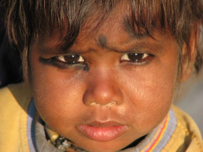 Jongetje met houtskool omcirkelde ogen