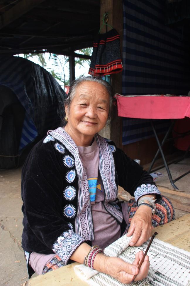 2008: Hmong-dorp Doi Pui: Hmong-vrouw aan het handwerken.