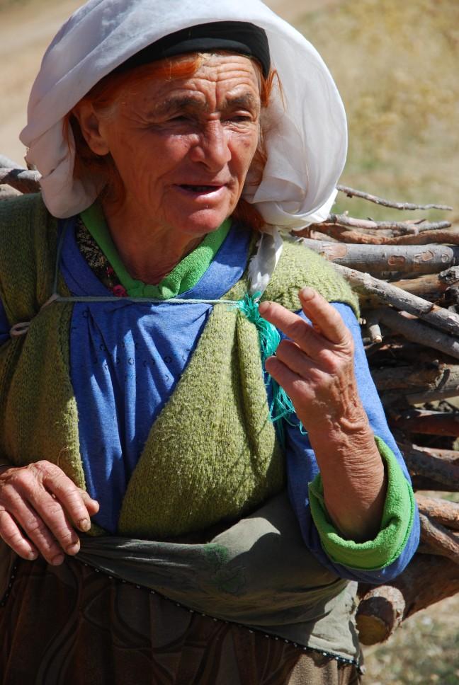 oude vrouw in de bergen