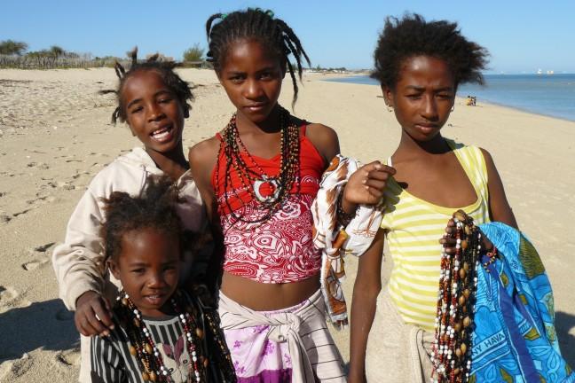 meiden op het strand