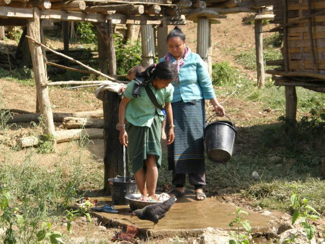 Lao vrouwen doen de was