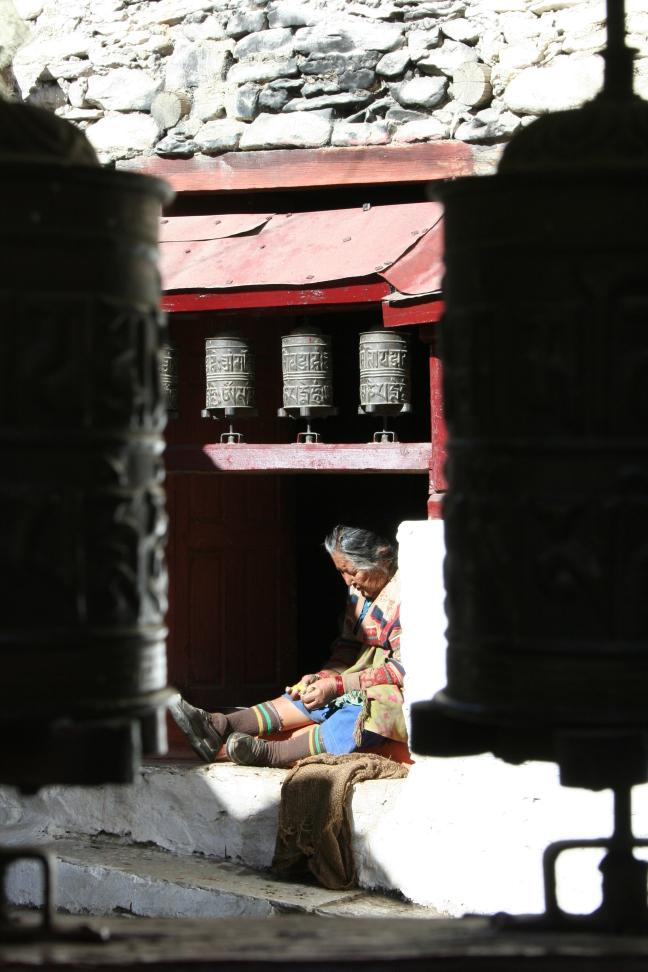 Genieten van de zon in een tempel in Marpha