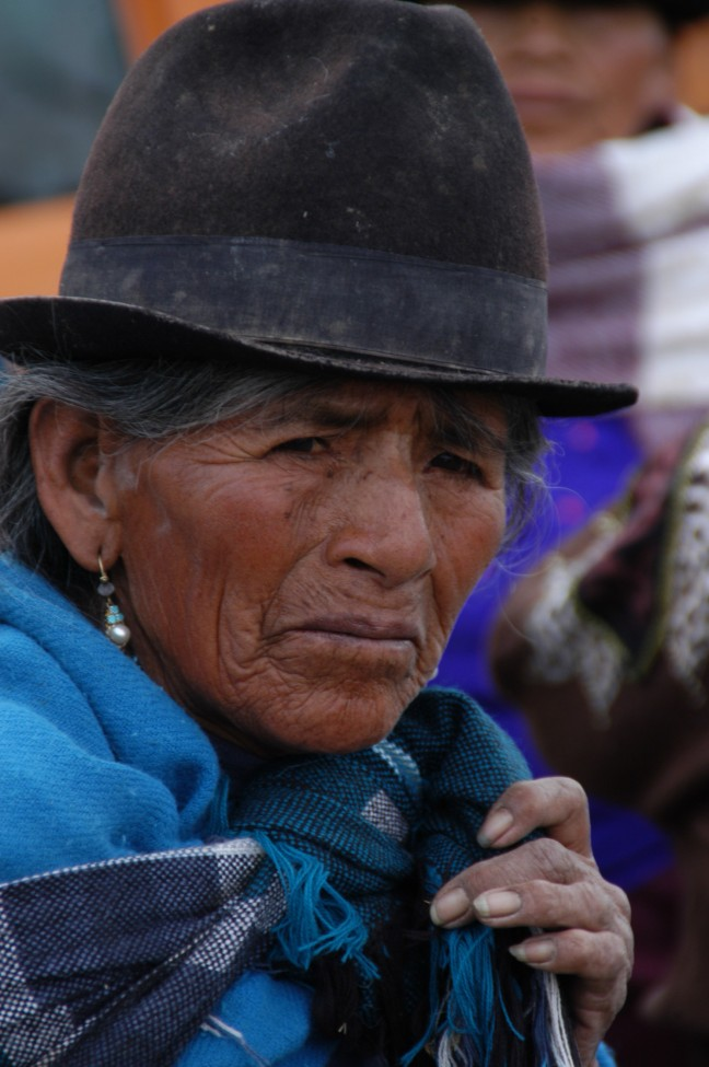 Oude vrouw op veemarkt