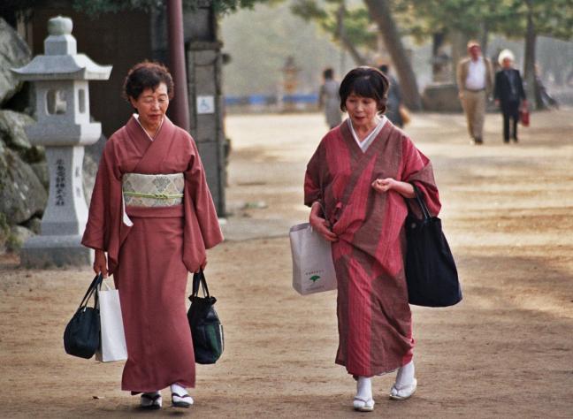 Japanse vrouwen in Miyajima [2]