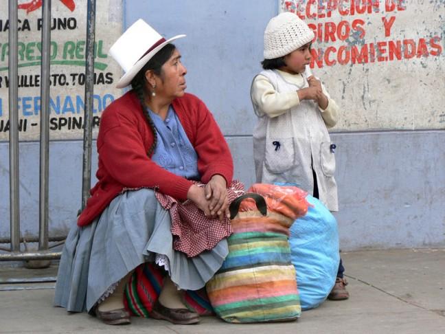 Moeder en kind wachten op de bus