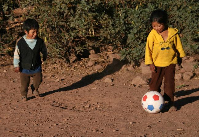 RoseMary en Mauro aan het voetballen