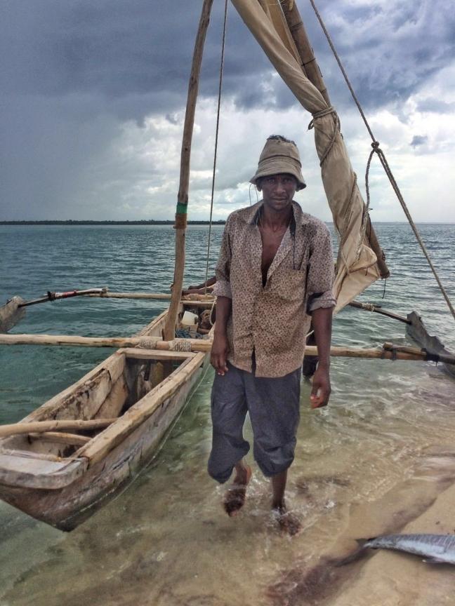 Visser verkoopt zijn vangst op Lazy Lagoon Tanzania