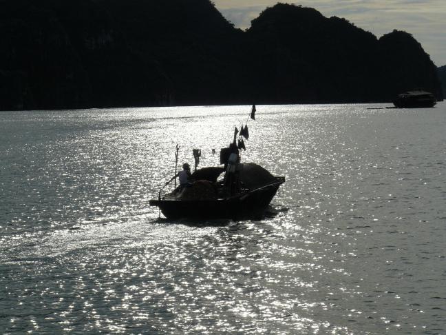 En dan valt het doek in Halong Bay.