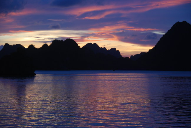 Zonsondergang in Halong Bay, Vietnam