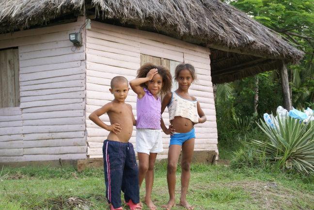 Lieve kinderen langs de kant van de weg