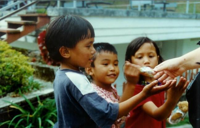 1997: Sumatra, Brastagi: speelgoed uitdelen.