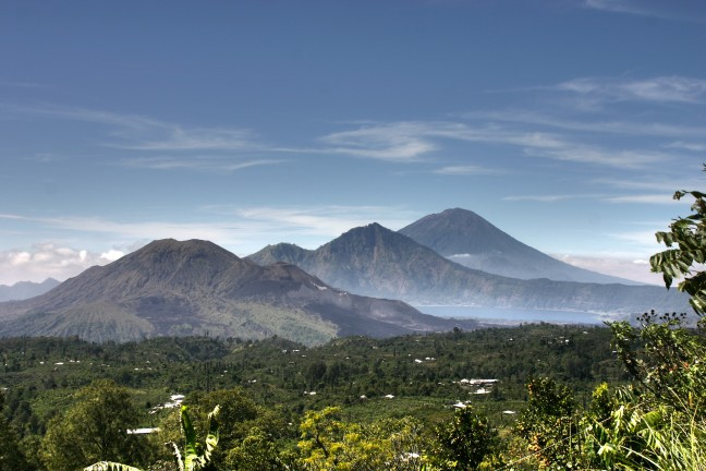gezicht op het Batur meer met daarachter de Gunung Abang en de Gunung Batur