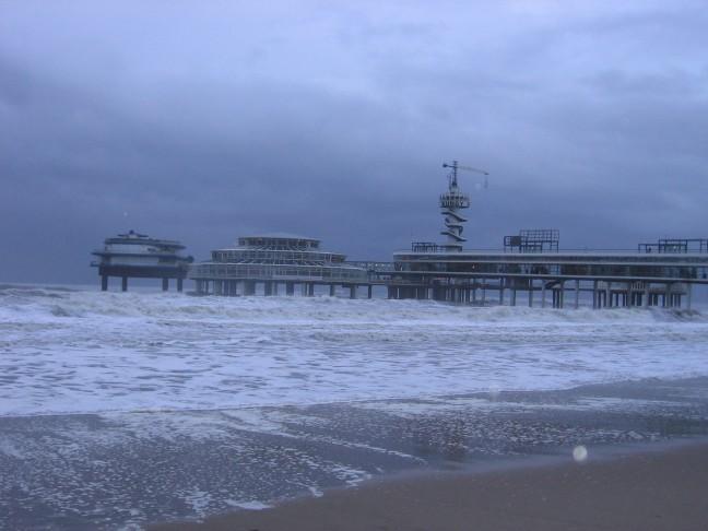 hoge golven slaan tegen de pier aan