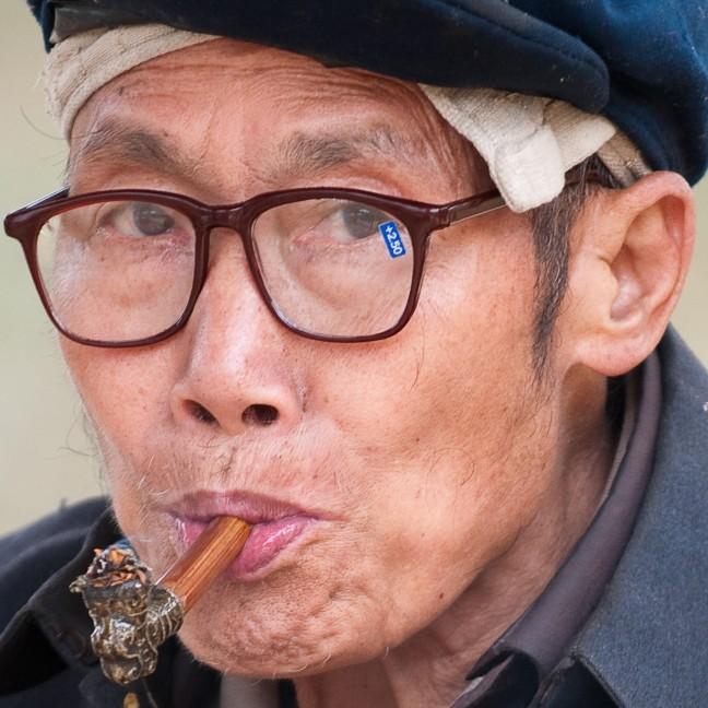 Oude man met leesbril