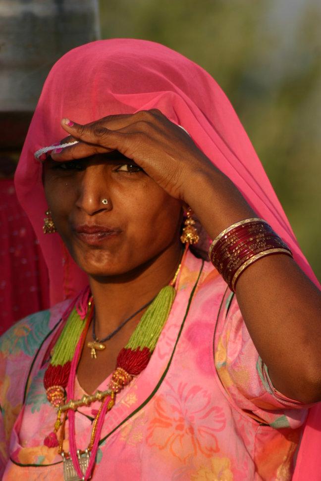vrouw haalt water in woestijn van Khuri