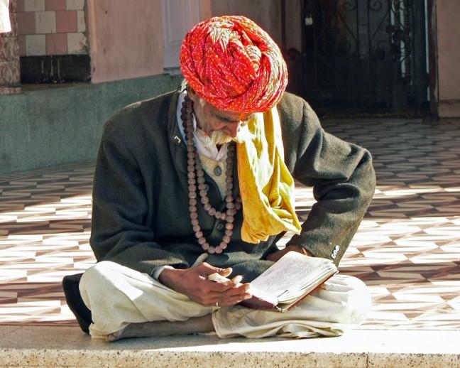 Lezende man in rattentempel van Deshnok
