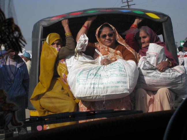 Dames bepakt en bezakt in een tuktuk