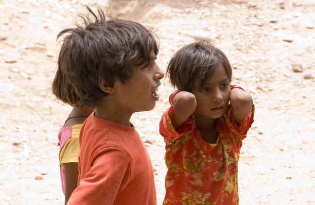 Kinderen ergens in een dorp