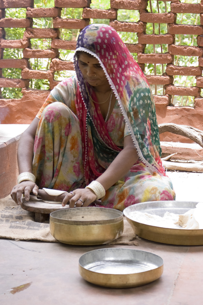 Vrouw rolt verse naan